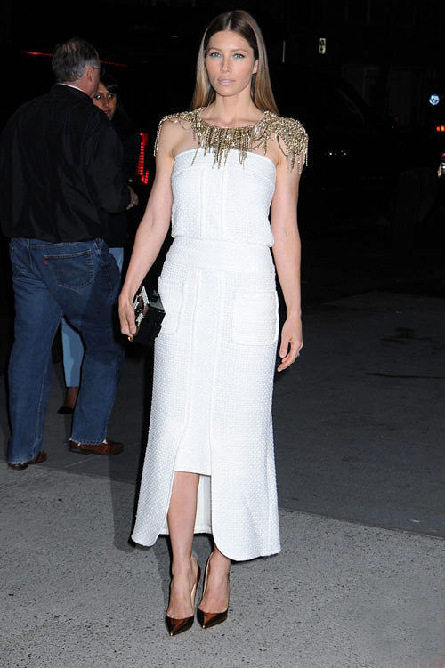 la-modella-mafia-Jessica-Biel-red-carpet-chic-in-a-Chanel-Spring-2014-white-dress-with-a-pearl-lego-clutch-and-Christian-Louboutin-pumps-3
